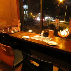 人気の窓際カウンター。夜景を眺めながら、デートや友人とゆったりしたいときにオススメ。