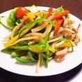 本場中国のシェフが腕を振るう、料理メニューは約80種以上!その中でも「チンジャオロース」は人気の一品♪野菜のシャキシャキッとした食感を残しつつ野菜とお肉の旨味が溶け合って、一噛みするごとに口の中いっぱいに幸せが広がります。