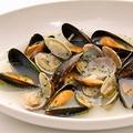 料理メニュー写真厳選!身がふっくら大きいアサリとムール貝の白ワイン蒸し