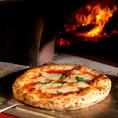 アメリカンな店内で薪窯焼きの本格ナポリピッツァが楽しめます★ナポリで行われる世界大会で優勝したピザ職人監修のこだわり抜いた48時間熟成の手作り生地を是非一度お試しください!