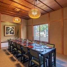 雄大な山門と古都・京都の景観を楽しめる店内。お顔合わせや会食に最適な完全個室をご用意。周囲を気にせず会話も楽しめるプライベート空間がいつもよりワンランク上の贅沢なひとときを演出。