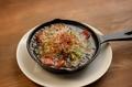 料理メニュー写真トマトとアボカドのアヒージョ