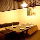 広々としたテーブル席。パーテーションを区切って個室風にも◎