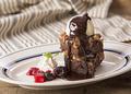 料理メニュー写真自家製ブラウニーのホットチョコレートがけ