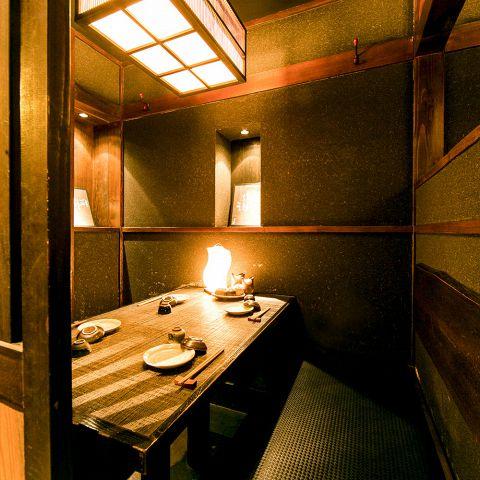 BOXタイプの個室は少人数様のご宴会におすすめです。ゆったり寛げるソファータイプは長時間お座りいただいても疲れません。間接照明が灯る癒しの空間でお時間を忘れ、料理長こだわりの食材と九州名物料理をお愉しみください。大切な商談やご接待にも是非。