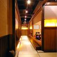 【店内】 畳の通路、しっとりとした空間