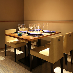 洗練された空間に佇むテーブル席は1卓限定なのでご予約がオススメ。