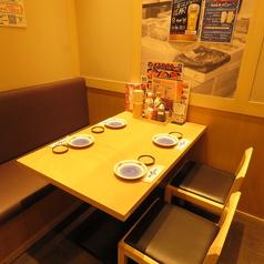 少人数にも最適なテーブル席がございます。ご友人との飲み会や、買い物帰りに友人と楽しく一杯などで是非ご利用下さいませ!