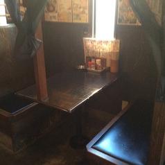 テーブルを囲んで楽しい宴を!!ゆったり席でついつい長いしちゃいます!!2名~4名様ぐらいまでゆったり座れますv( ^ω^ )v焼き鳥片手にもつ鍋つついてワイワイ(^O^)