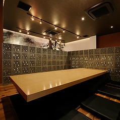 2~8名様ご利用可能な半個室。間仕切り・テレビのある空間もご用意しております。