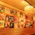 壁はギャラリーとしても使用!不定期で展示もかわります!