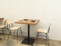 2名様でご利用いただけるテーブルもございます。ご友人同士のお食事やデートにもおすすめです。