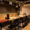 宴会にも最適なテーブル席は2~4名でご利用可能!フロア貸切もお気軽にお問い合わせください。お仕事帰り、ご友人と、二次会などプライベートなシーンにも最適です。