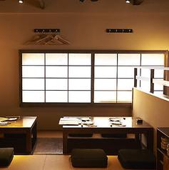 別アングルの2階掘りごたつ席です。京町家を改装した店内は情緒を残しながらスッキリとキレイな雰囲気です。オトナのお客様にピッタリ!