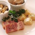 料理メニュー写真自家製スモークの4種盛り合わせ