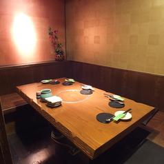 5名様までゆったり座れるテーブル席は、女子会やお仕事帰りの飲み会などでワイワイお楽しみいただけるお席です。