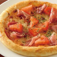 料理メニュー写真生ハムとトマトのピザ