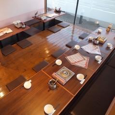 4名様用のお席3卓と8名様用の席1卓です。こちらを貸切にさせて頂くと20~24名様での貸切宴会も可能です。