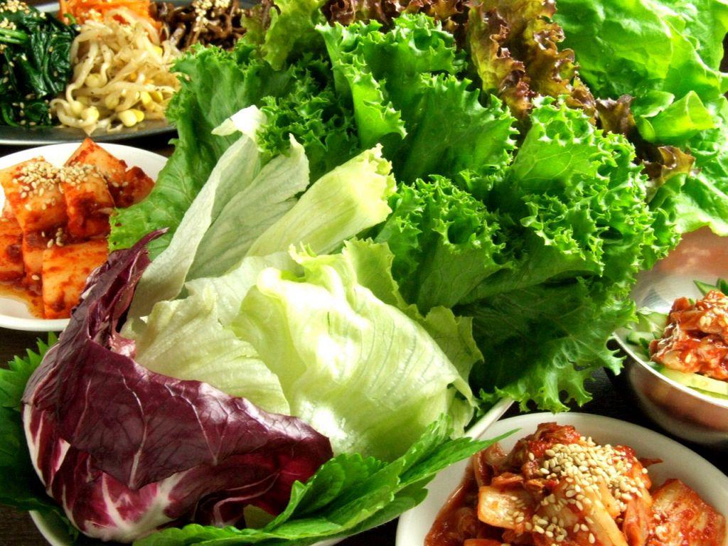 お通しはサンチュ・エゴマ・レタス…7種の野菜食べ放題♪特製味噌に付けて、料理やキムチをまきまき