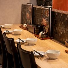 カウンター席◎おひとりさまでも気軽に入ることができ、おいしいお料理とお酒を愉しんでいただけます♪お仕事帰りなど、お気軽にお立ち寄りください。