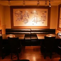 【店内奥のテーブル席】韓国のいにしえの絵が目を引く、まさに韓流な空間。4名様テーブルが4つありますので、人数様によっては全て使って貸切風にも利用OKです。