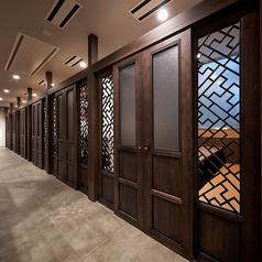 プライベートな雰囲気でお食事いただける個室です。高級感のあるゆったりとしたソファーシートの個室写真は、ドアを閉じた時のイメージとなります。