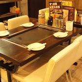 人気の広々テーブル席プロジェクター巨大スクリーンにマイク2本で持ち込み画像も流せます。マイクもあって宴会に最適♪
