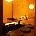 【テーブル席】▼お食事から団体宴会まで幅広いシーンに▼風流な坪庭や、壁に飾られた絵画など、趣きを感じさせる和のインテリアが目を惹く店内。ゆったりと配置されたテーブル席は、2名様~最大40名様までご案内可能な設計で、ご利用人数に合わせたレイアウトも可能です。