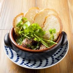 料理メニュー写真ラム肉のパクチーアヒージョ