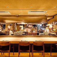 オープンキッチンに面した料理人が料理するライブ感満載のカウンター席。燦神戸店では厳選素材を名物水煙蒸し・瞬間燻製・朴葉焼きと独自の調理法で素材の魅力を充分にご堪能頂けます。目の前で調理されたこだわりの和食料理はまた格別です。是非神戸、三宮での接待や宴会の際にはご堪能ください。