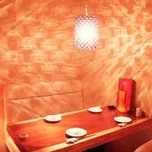 1階奥のソファ個室は秘密の隠れ家のよう。照明がキラキラして女性に人気です。