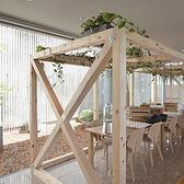 他のテーブル席とは間隔があいていますので、空間を全部使えば個室感覚でお過ごしいただける、ホッと落ち着くテーブル席です。