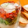 料理メニュー写真クリームポテトとカポナータのエッグスラット風 ~バケット添え~