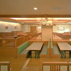 広々とした店内落ち着いたテーブル席です。人数に応じてお席をご用意いたします。※店舗により部屋の配置・席数が異なる場合がございます