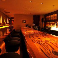 屋久杉を大胆に使用したカウンター席。会食のほか、デートにも。