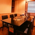 【テーブル席】ゆったりと会食を愉しめるテーブル席。ご人数に合わせて広々とお座りいただけます。