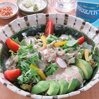 女性に大人気の、野菜たっぷりのサラダそば!
