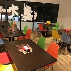 木のぬくもりが感じられるテーブル席を2名席を含め、9テーブルご用意しております。