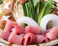 江戸の庶民に愛されたねぎま鍋…。煮込んでも柔らかい鮪にご注目ください。