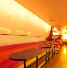 1階の奥には広々としたソファ席が。この空間を貸し切って、打ち上げや合コンが出来ます☆