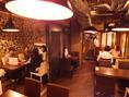 【4名掛けテーブル】カウンターの間を抜けると奥には広々としたテーブル席のスペース!全30席。