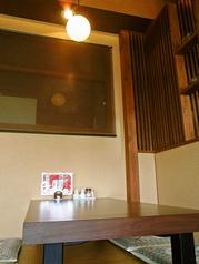 お座敷は4人掛けが2卓、6人掛けが1卓ご用意ございます。