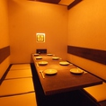 堀ごたつ式の完全個室は最大10名様まで収容可能。ゆったり足を伸ばしながら食事を楽しめます。