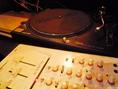 【演出・おもてなし】DJブース完備。生バンド演奏、楽器演奏可能。マイク・音響設備も充実♪パーティーを華やかに演出します!