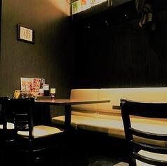 気軽に楽しめるテーブル席。つなげることも可能なので、人数が増えても大丈夫!