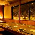 庭が見える個室も完備しております!接待や合コン、大事な会食などにおすすめです。限定1席ですので早めのご予約をおすすめ致します!和の雰囲気漂う個室と素材にこだわった最高の海鮮料理、こだわり抜いた料理とよく合う日本酒の組み合わせは何とも贅沢な時間です!