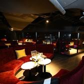 【階段上VIP席】ゆったりできるソファ席はみんなでわいわいするのにも最適なお席となっております!テーブルも自由に動かせて様々なシーンに合わせてご利用頂けます♪!【ゆったりとできるソファー席で寛ぎの時間を。(平日4万円、週末6万円)※入場料金/税・サービス料別途頂きます。】