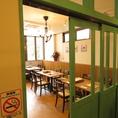2階のテーブル席で一部禁煙席もご用意しております。小さなお子様や、ご家族でのお食事にも安心です!喫煙ルームもご用意しております。