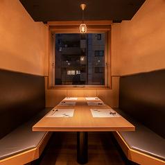 落ち着いた雰囲気の良い個室は、接待や商談などのビジネスシーンにも大活躍。完全個室なので他のお客様にも気兼ねなく会話をお楽しみいただけます。旬の食材を使用した会食コースなども多数ご用意ございますので、ぜひご利用ください。