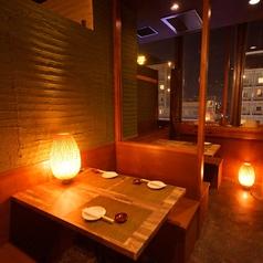 写真のお席は、4名様までご利用いただけます。天王寺駅すぐの居酒屋で、誕生日会や女子会など各種ご宴会にオススメです。和を基調とした間接照明と、木のぬくもりを感じる落ちついた雰囲気は、当店自慢の和食料理にピッタリ。食べ飲み放題コース2700円~ご用意ししておリます。どうぞお楽しみください。